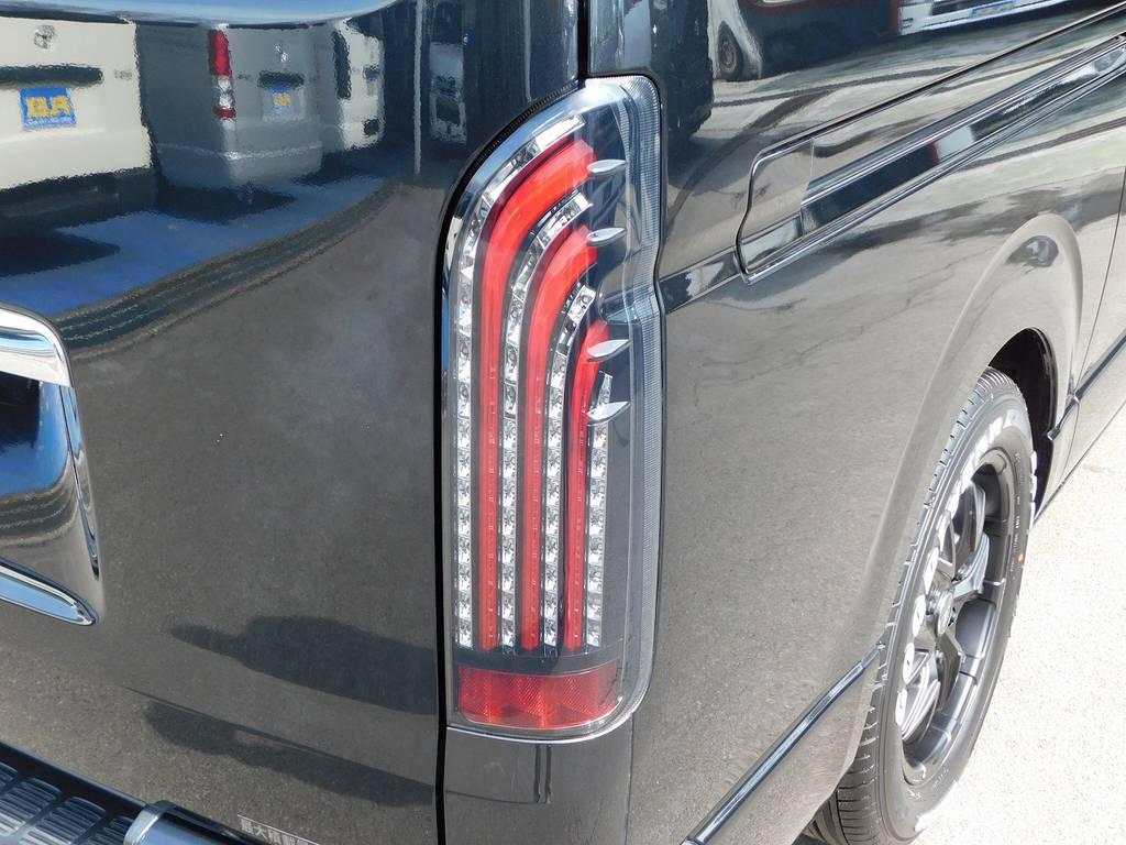 LEDテールは415コブラのライトセーバーシーケンシャルを装着!ウィンカーが流れるアクションがカッコいいです♪こちらも新品装着ですよっ♪ | トヨタ ハイエースバン 3.0 DX ロング ジャストロー GLパッケージ ディーゼルターボ ナビパッケージ車