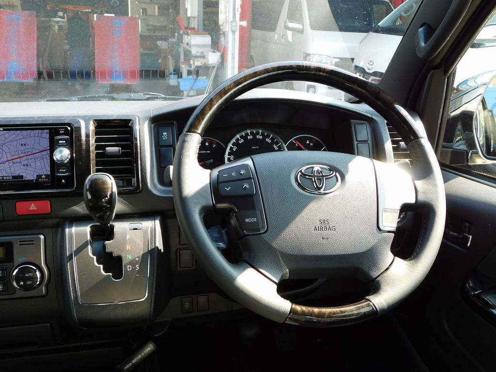 ステアリングとシフトノブはダークプライムⅡ専用のマホガニー調ウッドコンビステアリングです! | トヨタ ハイエースバン 2.0 スーパーGL ダークプライムⅡ ロングボディ ナビパッケージ車