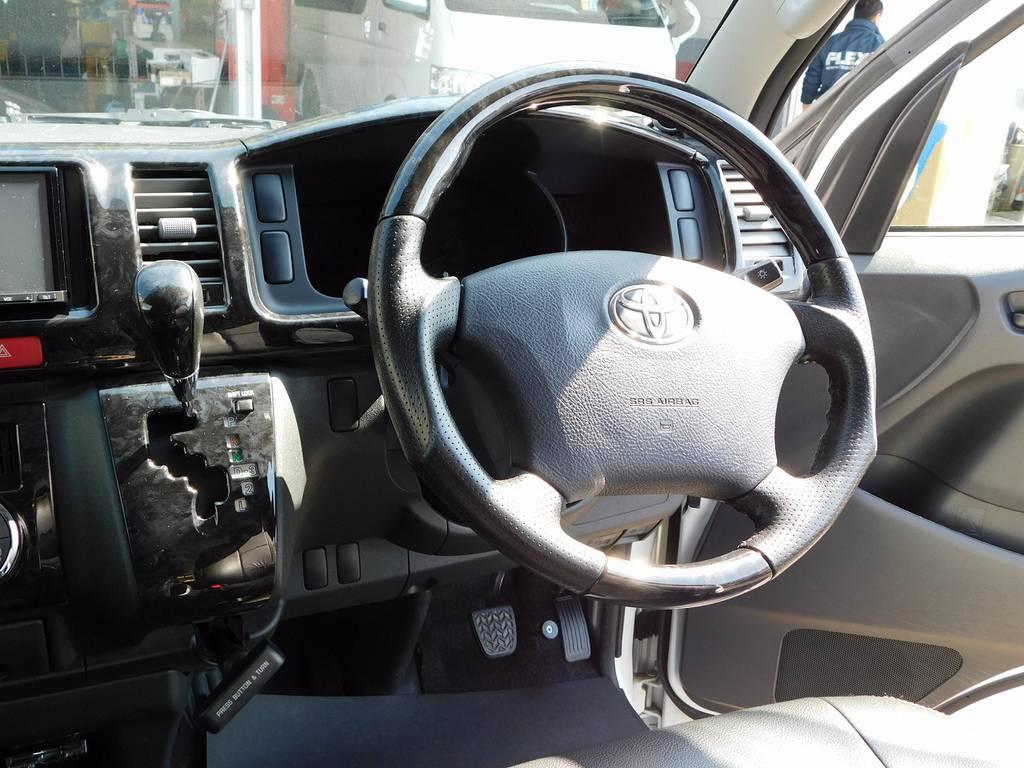 ステアリング・シフトノブはウッドコンビに換装済み!高級感が増してますよっ!!! | トヨタ ハイエースバン 2.0 スーパーGL ロング 純白の3型カスタム車