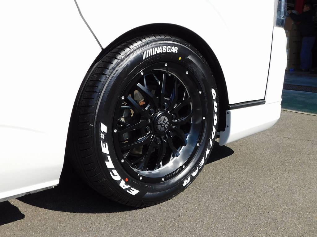 足元をキメるのはGADGET17インチアルミホイールです!ヴァーティカルポリッシュのリムがカッコいい!アルミ・タイヤは新品装着です!!! | トヨタ ハイエースバン 2.0 スーパーGL ロング 純白の3型カスタム車