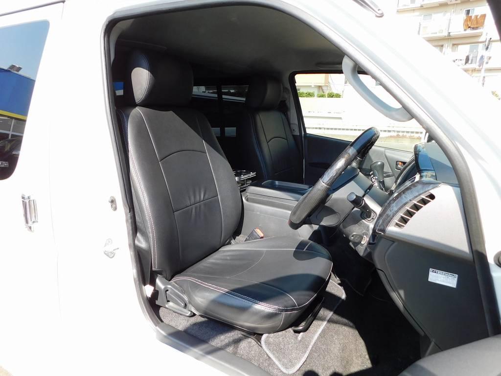 ハイエースカスタムには欠かせない黒革調シートカバーはもちろん装着されてます!純正の安っぽさは払しょくされてますねっ♪ | トヨタ ハイエースバン 2.0 スーパーGL ロング 純白の3型カスタム車