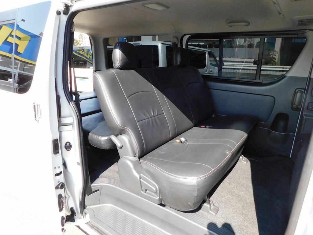 セカンドシートにももちろん装着済み♪サッと拭けてお手入れも楽チンですよっ♪ | トヨタ ハイエースバン 2.0 スーパーGL ロング 純白の3型カスタム車