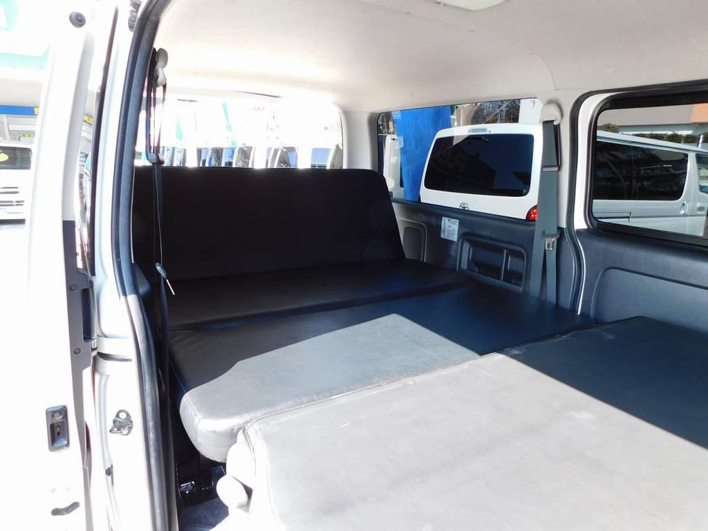 リクライニング機能付きベッドキットですのでソファのようにくつろげますよっ♪ | トヨタ ハイエースバン 2.0 スーパーGL ロング 純白の3型カスタム車