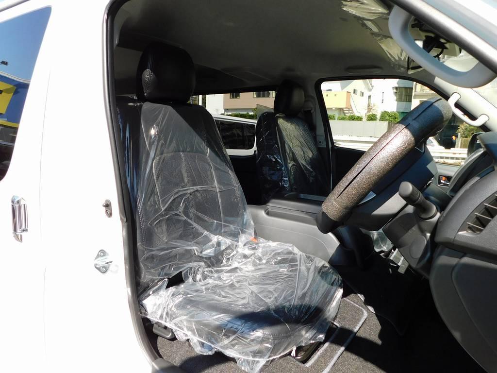 シートにはハイエースカスタムには欠かせない黒革調シートカバーを装着♪高級感が出てますよっ♪ | トヨタ ハイエースバン 2.8 スーパーGL ロング ディーゼルターボ 4WD アドベンチャーカスタムベッド付き