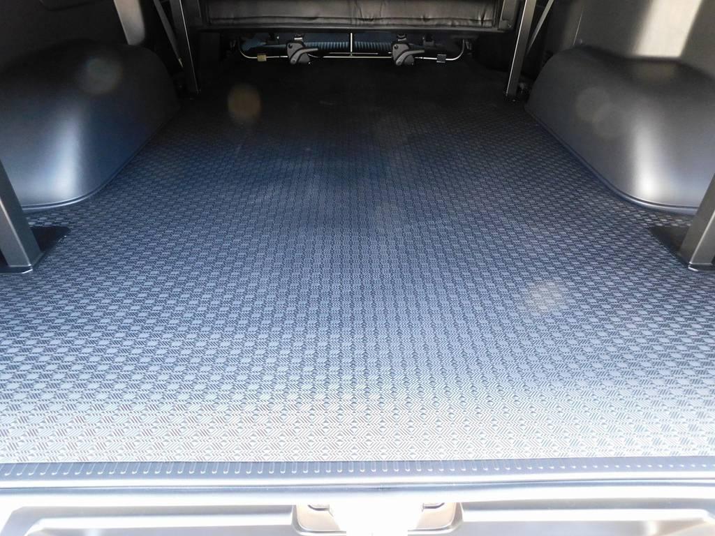 下の段にはラバーカーゴマットを装着しておりますので濡れた物や汚れた物でもガンガン積み込めます♪お手入れは水拭きでOKです! | トヨタ ハイエースバン 2.8 スーパーGL ロング ディーゼルターボ 4WD アドベンチャーカスタムベッド付き