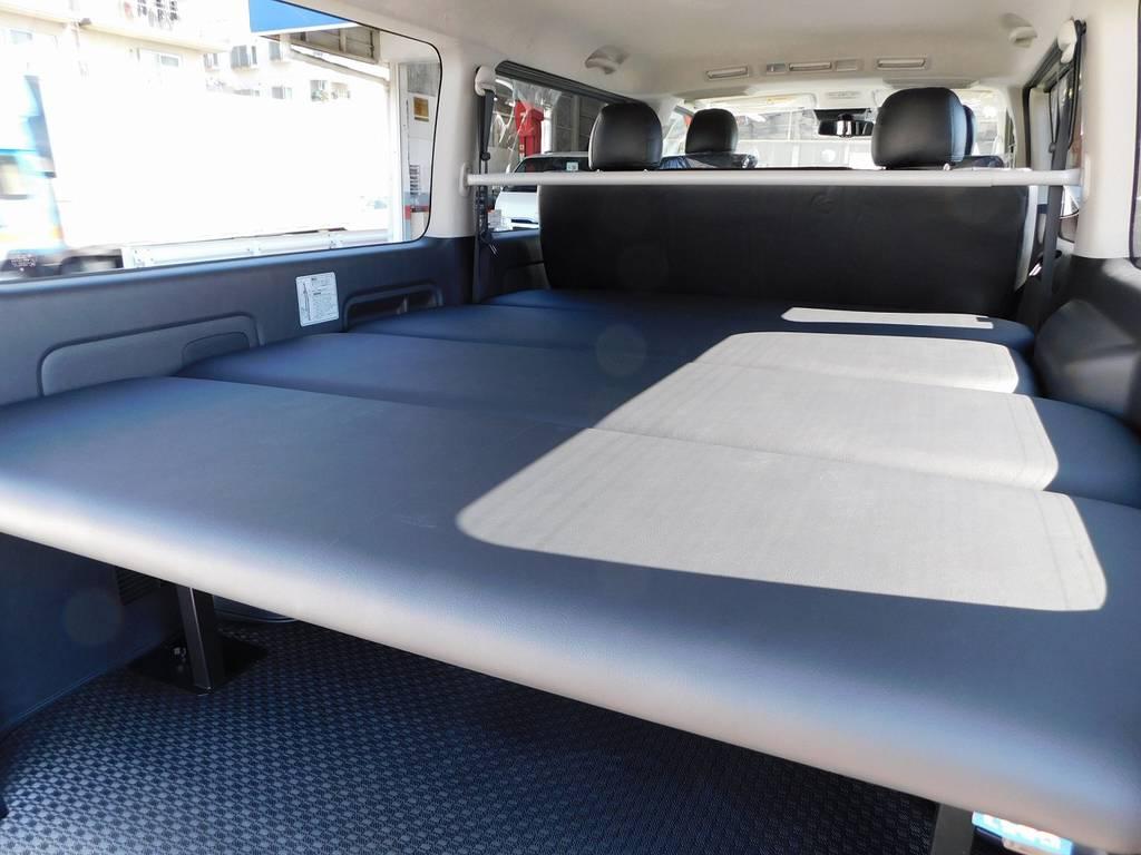 ベッドキットはフレックスオリジナル製!天板の厚みも充分あり寝心地もグッドです♪ | トヨタ ハイエースバン 2.8 スーパーGL ロング ディーゼルターボ 4WD アドベンチャーカスタムベッド付き