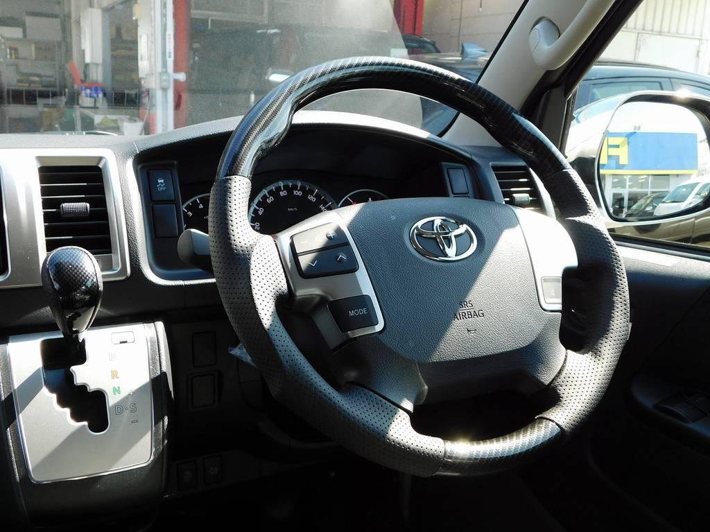 ステアリングとシフトノブはカーボン調コンビに換装済み♪大地を駆けるマシンにピッタリのアイテムですよっ♪ | トヨタ ハイエースバン 2.8 スーパーGL ロング ディーゼルターボ 4WD アドベンチャーカスタムベッド付き