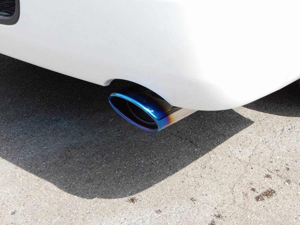マフラーカッターはシルクブレイズ製のオーバルチタンカラーを装着!この美しい灼け色を見て下さい♪ | トヨタ ハイエースバン 2.0 スーパーGL ダークプライムⅡ ロングボディ スタイリッシュカスタムパッケージ