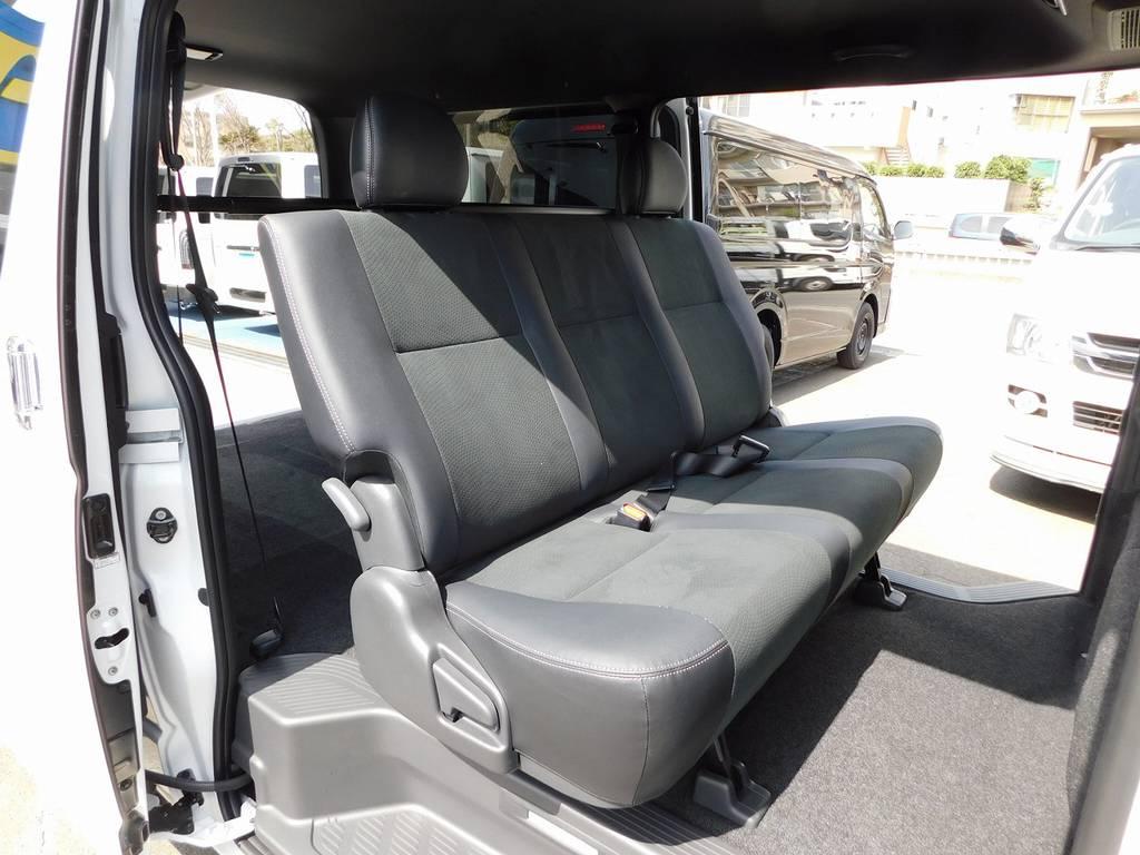 セカンドシートはゆったり座ることが出来ます!グレーのハーフレザーが特別仕様車の証です♪ | トヨタ ハイエースバン 2.0 スーパーGL ダークプライムⅡ ロングボディ スタイリッシュカスタムパッケージ