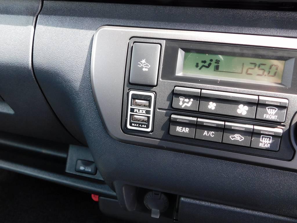 おまけでフレックスオリジナルのUSB充電器も装着してしまいました♪何気に便利なんですよっ♪ | トヨタ ハイエースバン 2.0 スーパーGL ダークプライムⅡ ロングボディ スタイリッシュカスタムパッケージ