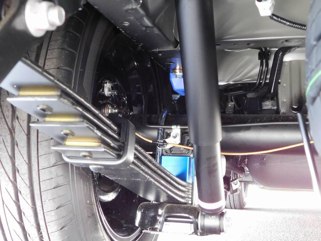 ブロックキットは2インチを採用!約5cmのローダウンで美しいフォルムを実現!もちろん前後バンプ類も交換済みです♪ | トヨタ ハイエース 2.7 GL ロング ミドルルーフ トリプルモニターカスタム車