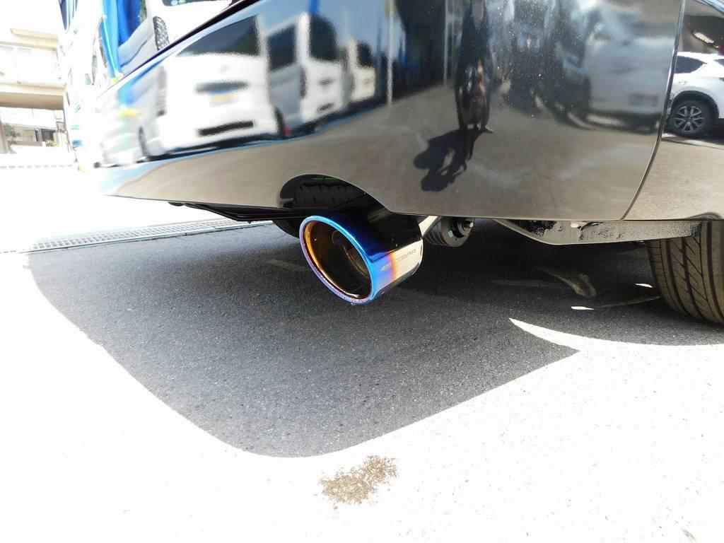 アクセントのマフラーカッターは415コブラ製ヒートルージュマフラーカッターを装着!チタンカラーの灼け色が美しいですねっ♪ | トヨタ ハイエース 2.7 GL ロング ミドルルーフ トリプルモニターカスタム車