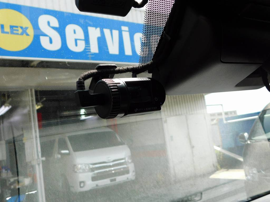いまや必須のドライブレコーダーも完備しております♪しかも前後2カメですので煽り運転対策もバッチリです!もちろん駐車監視モードも付いてますよっ♪