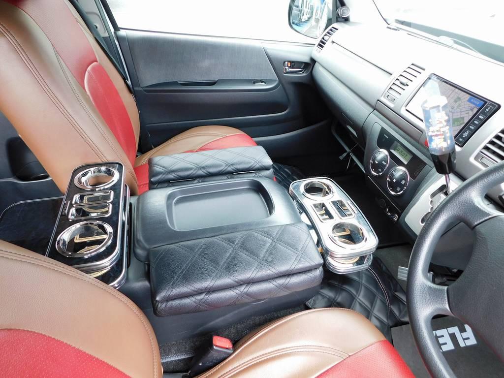 カップホルダーやアームレスト!小物系も充実しております♪純正のカップホルダーはナビ下ですので使いづらいんですよねっ!!! | トヨタ ハイエースバン 2.0 スーパーGL ロング 415コブラフルコンプリート車