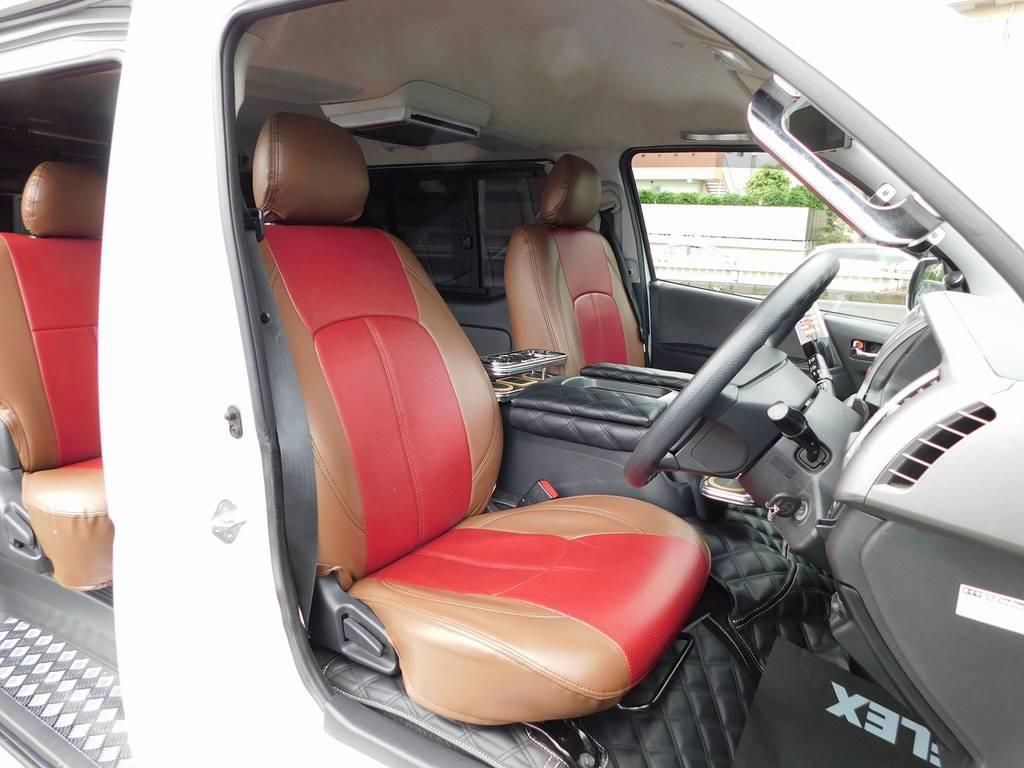 ハイエースカスタムには欠かせないシートカバーももちろん装着されております!エンジンフードカバーも装着されてますよっ♪