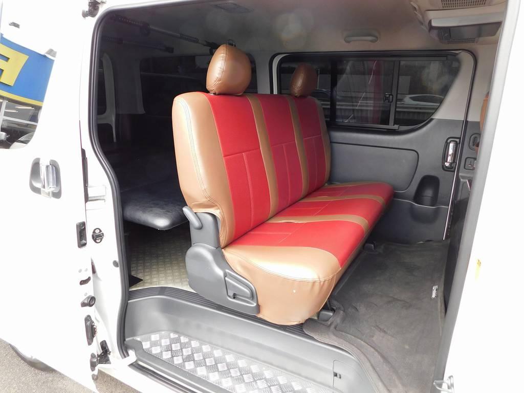 レッド・ブラウンの色合いがお洒落です♪お手入れも簡単ですのでシートカバーは必須アイテムですねっ!!! | トヨタ ハイエースバン 2.0 スーパーGL ロング 415コブラフルコンプリート車