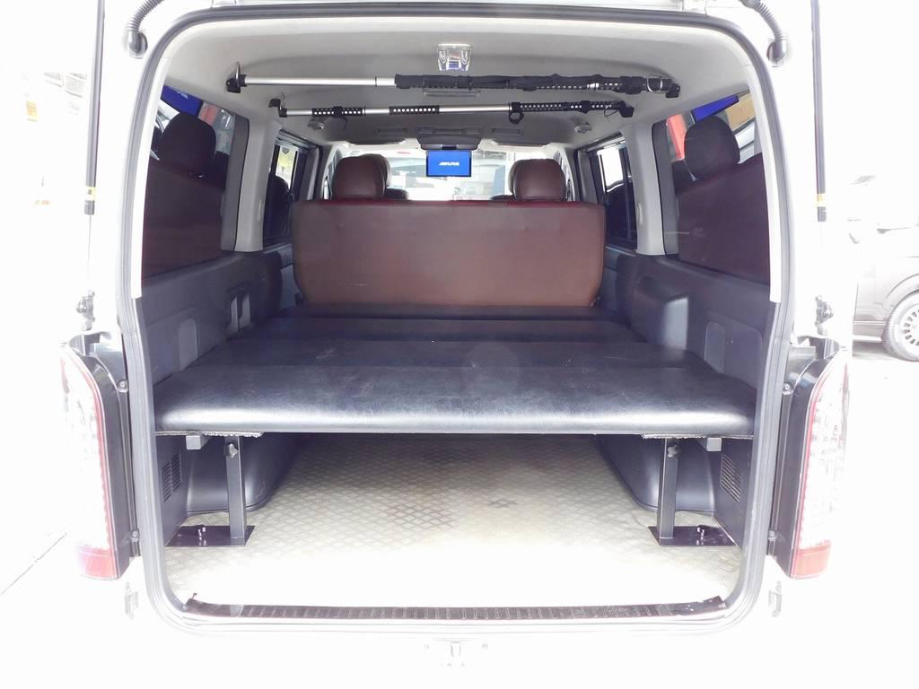ラゲッジスペースにはベッドキットを搭載!車中泊も楽しめてしまう仕様です!床にはCFマットも敷いてありますので濡れたモノや汚れたモノを入れてもお手入れ楽チンです♪