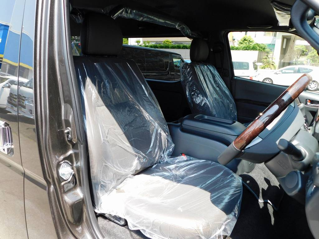 専用装備のハーフレザーシートは高級感があり通常モデルとは違いますよっ!!! | トヨタ ハイエースバン 2.7 スーパーGL 50TH アニバーサリー リミテッド ワイド ミドルルーフ ロングボディ ライトカスタム仕様