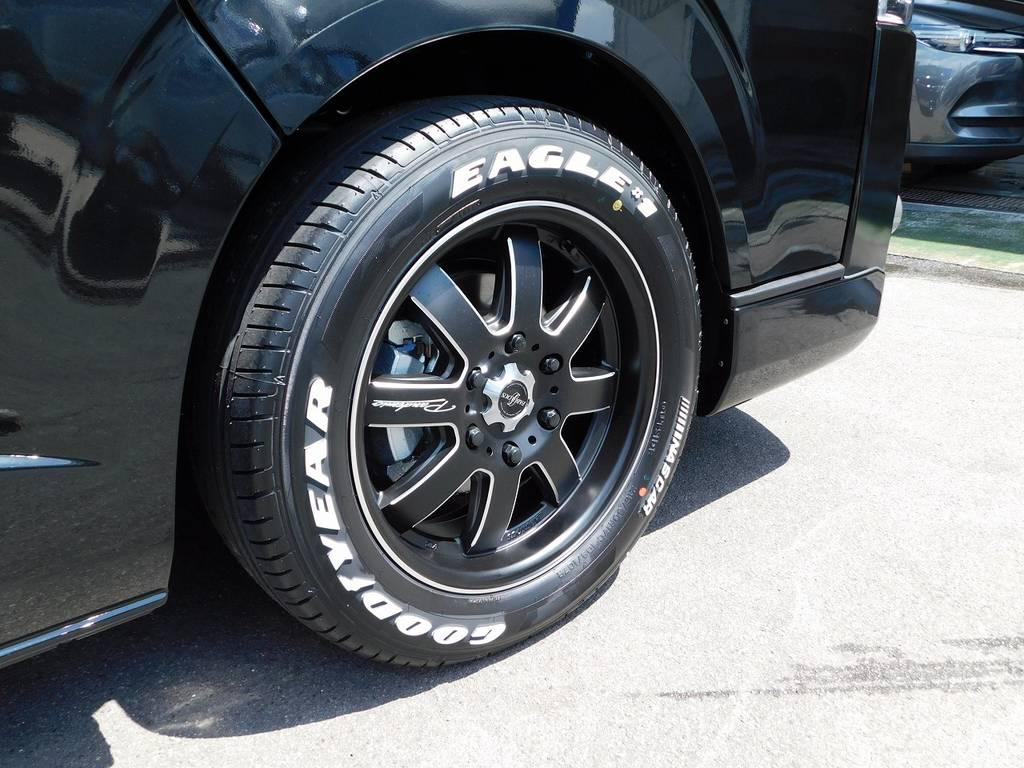 足元をキメるのはファブレスLM-8・17インチアルミホイールです!マットブラックカラーがボディと良く合いますねっ♪ホイールナットもブラックで統一ですよぉ!!!   トヨタ ハイエースバン 2.0 スーパーGL 50TH アニバーサリー リミテッド ロングボディ ブラックエディション