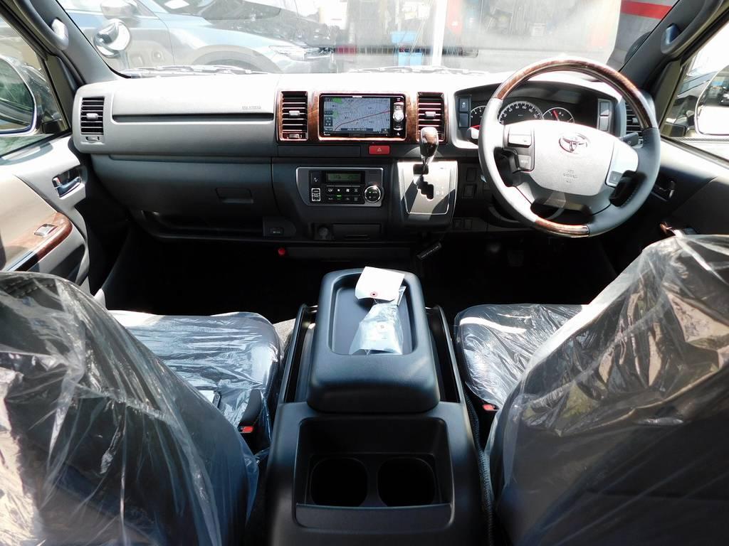 特別限定車専用の内装がお洒落です!マホガニー調のパネルとウッドコンビのステアリング・シフトノブが高級感を演出してますねっ♪   トヨタ ハイエースバン 2.0 スーパーGL 50TH アニバーサリー リミテッド ロングボディ ブラックエディション