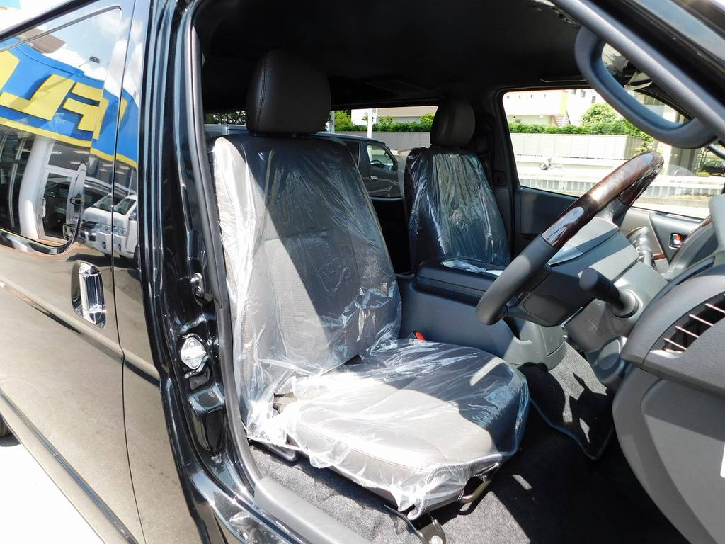 特別限定車専用のハーフレザーシート♪ノーマルスーパーGLとは高級感が違いますねっ♪   トヨタ ハイエースバン 2.0 スーパーGL 50TH アニバーサリー リミテッド ロングボディ ブラックエディション