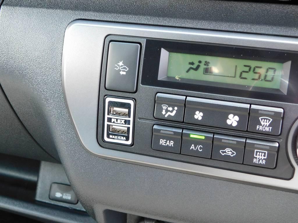 意外に便利で装着率の高いUSB充電器も装着済みです!フレックスのロゴ入りですよっ♪   トヨタ ハイエースバン 2.0 スーパーGL 50TH アニバーサリー リミテッド ロングボディ ブラックエディション