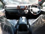 特別限定車専用の内装がお洒落です!マホガニー調のパネルとウッドコンビのステアリング・シフトノブが高級感を演出してますねっ♪