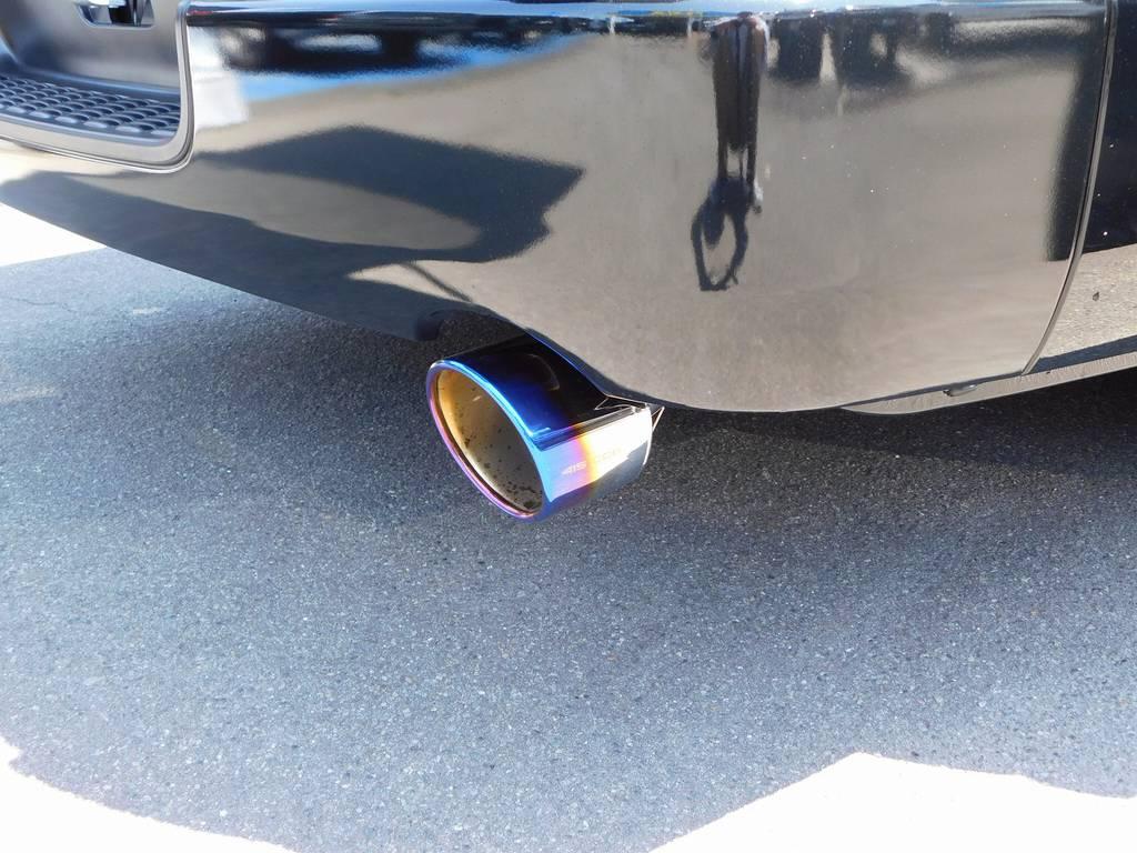 リヤエンドのお洒落でマフラーカッターも装着!415コブラ製ヒートルージュマフラーカッター!チタンカラーの灼け色が美しいですねっ!!! | トヨタ ハイエースバン 2.8 スーパーGL ダークプライムⅡ ロングボディ ディーゼルターボ ブラックカスタムパッケージ