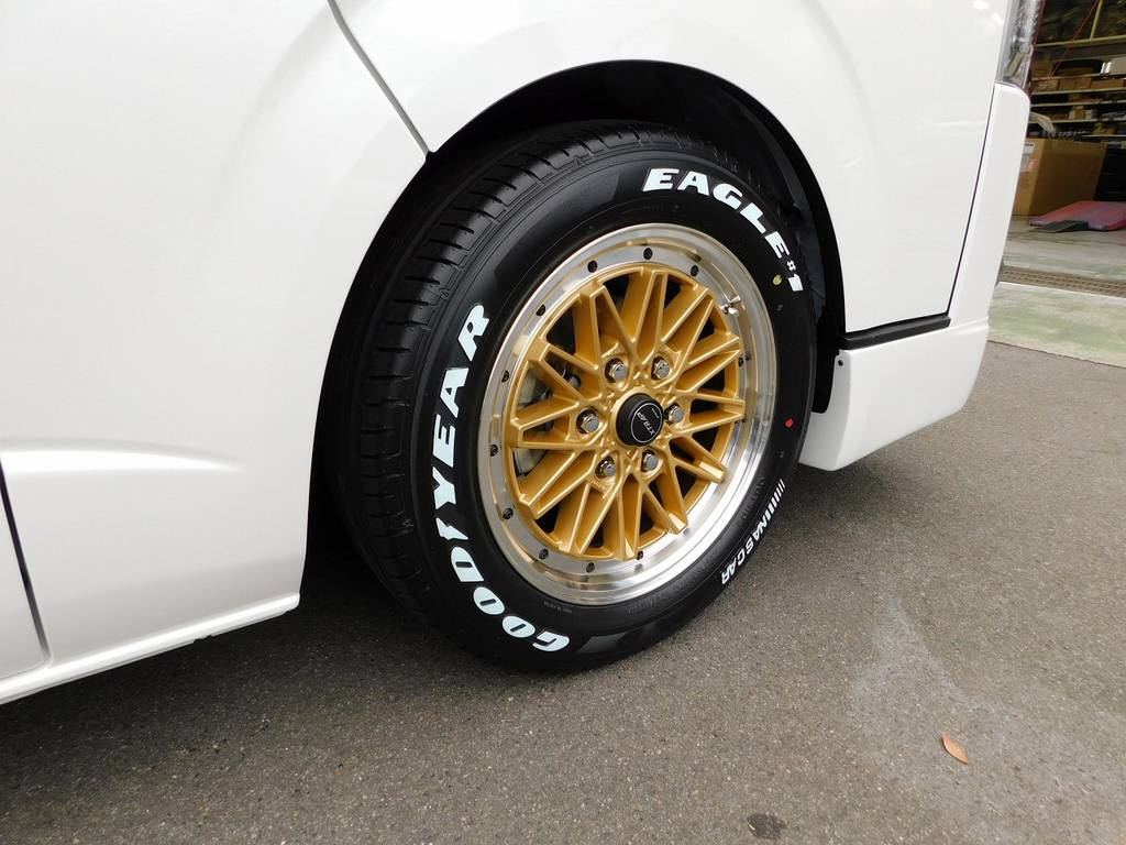足元をキメるのはWORK製03HC・17インチ!ゴールドメッシュとパールボディの相性は抜群ですねっ♪ | トヨタ ハイエースバン 2.0 スーパーGL 50TH アニバーサリー リミテッド ロングボディ 純白のライトカスタム仕様