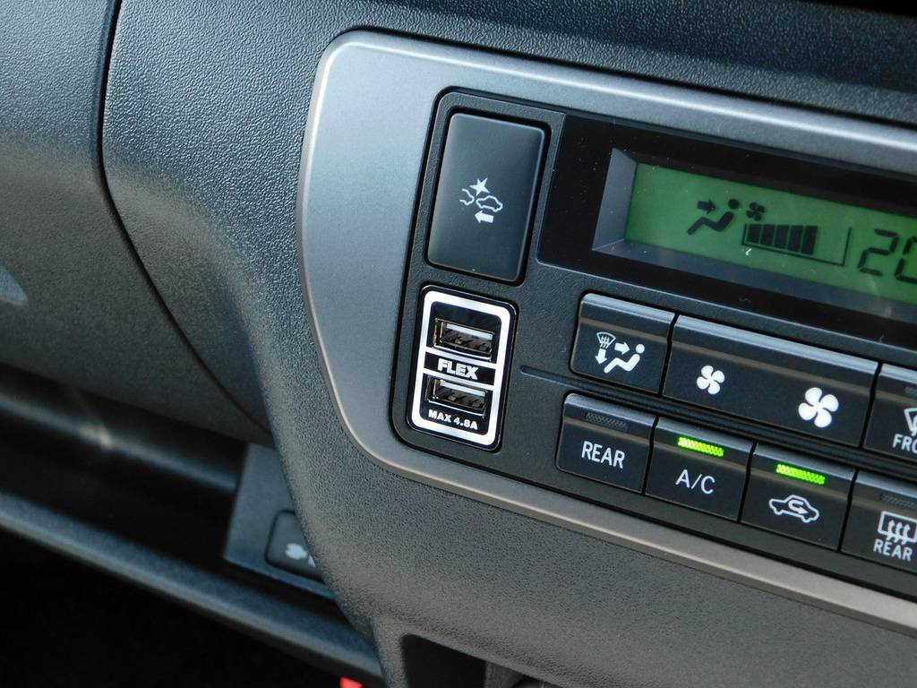 あると大変便利なUSB充電器も装着されてます!フレックスのロゴ入りですよっ♪ | トヨタ ハイエースバン 2.0 スーパーGL ダークプライムⅡ ロングボディ ブラックナビパッケージ