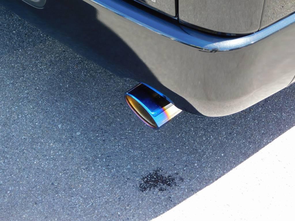 リヤビューを飾るのは415コブラ製ヒートルージュマフラーカッターを装着!チタンカラーの灼け色が美しいですよっ!!! | トヨタ ハイエースバン 2.0 スーパーGL ダークプライムⅡ ロングボディ ブラックナビパッケージ