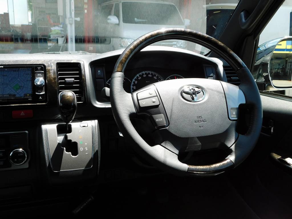 ステアリングとシフトノブは専用マホガニー調ウッドコンビステアリングに換装されてます!高級感があります♪ | トヨタ ハイエースバン 2.0 スーパーGL ダークプライムⅡ ロングボディ ブラックナビパッケージ