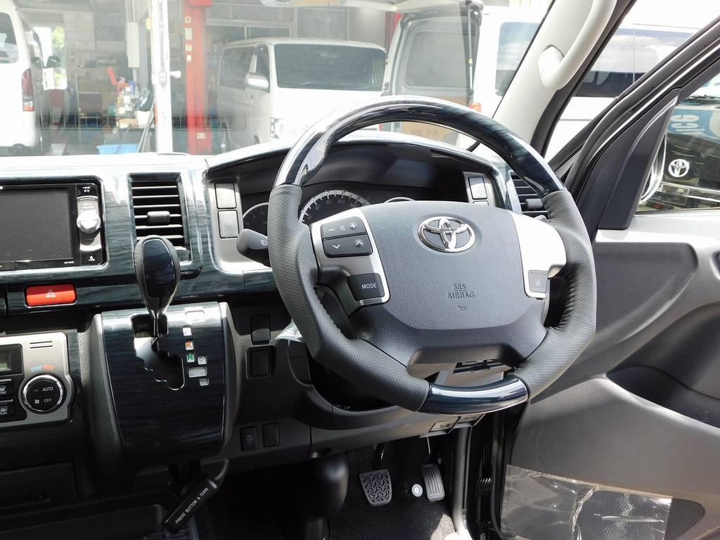 ステアリングとシフトノブは黒木目調ウッドコンビに換装済み♪高級感がグッとアップしてますねっ!!! | トヨタ ハイエース 2.7 GL ロング ミドルルーフ トリプルモニターパッケージ車