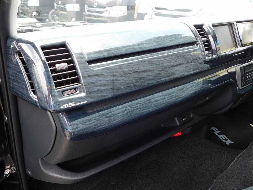 黒木目調パネルキットも装着して高級感が増してますねっ♪全面パネルはカッコいいですねっ!!! | トヨタ ハイエース 2.7 GL ロング ミドルルーフ トリプルモニターパッケージ車