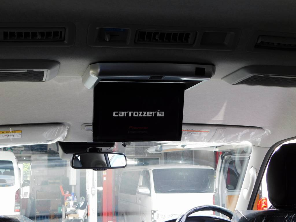 後席の方もエンターテイメントを楽しめるようにフリップダウンモニターも搭載済みですよっ♪ | トヨタ ハイエース 2.7 GL ロング ミドルルーフ トリプルモニターパッケージ車