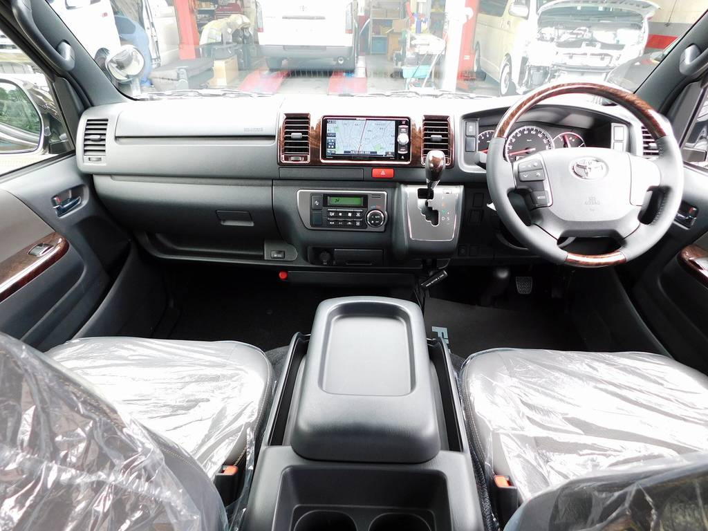 特別限定車らしく高級感のある室内!座面も高くて見晴らしもグッドですよっ♪ | トヨタ ハイエースバン 2.0 スーパーGL 50TH アニバーサリー リミテッド ロングボディ ナビパッケージ車
