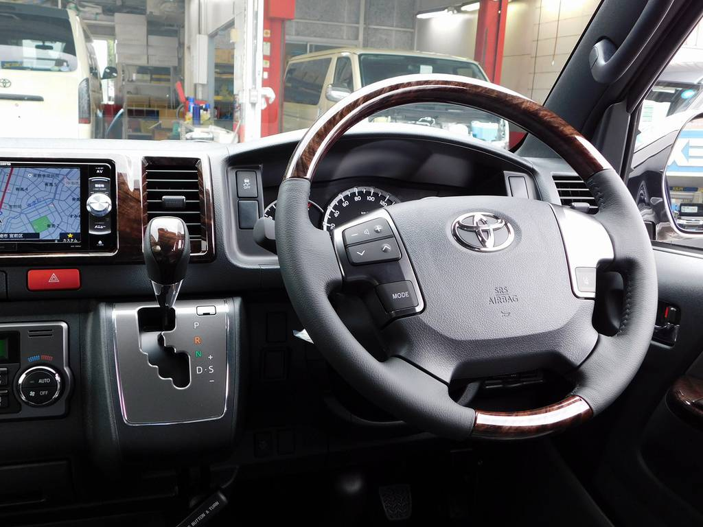 特別装備のマホガニー調のウッドコンビステアリングとシフトノブがお洒落です♪ | トヨタ ハイエースバン 2.0 スーパーGL 50TH アニバーサリー リミテッド ロングボディ ナビパッケージ車