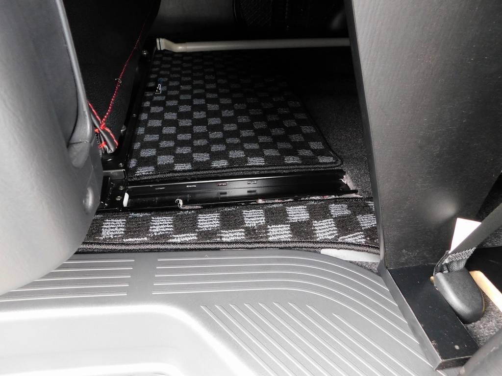 セカンドシートはレール付きで移動が可能!!!