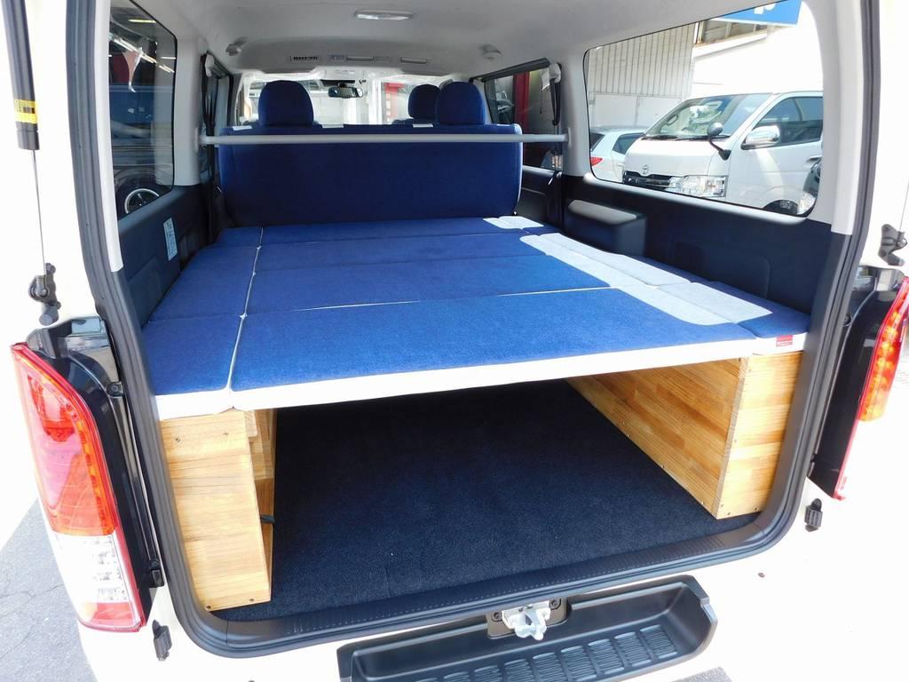 ベッドキットは収納できるタイプ♪ウッドとデニムの相性もバッチリですねっ♪車中泊やお休みの時にはゴロンとできますよぉ♪