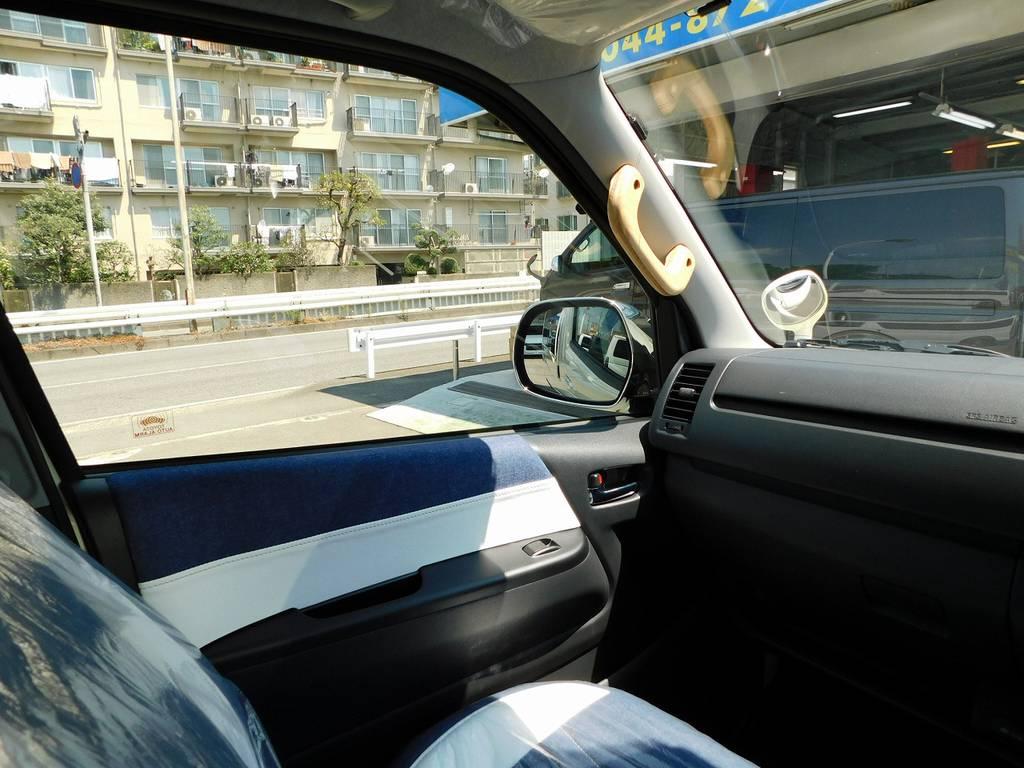 ドアパネルまで統一のインディゴブルー!商用車のハイエースがお洒落に変身ですねっ♪