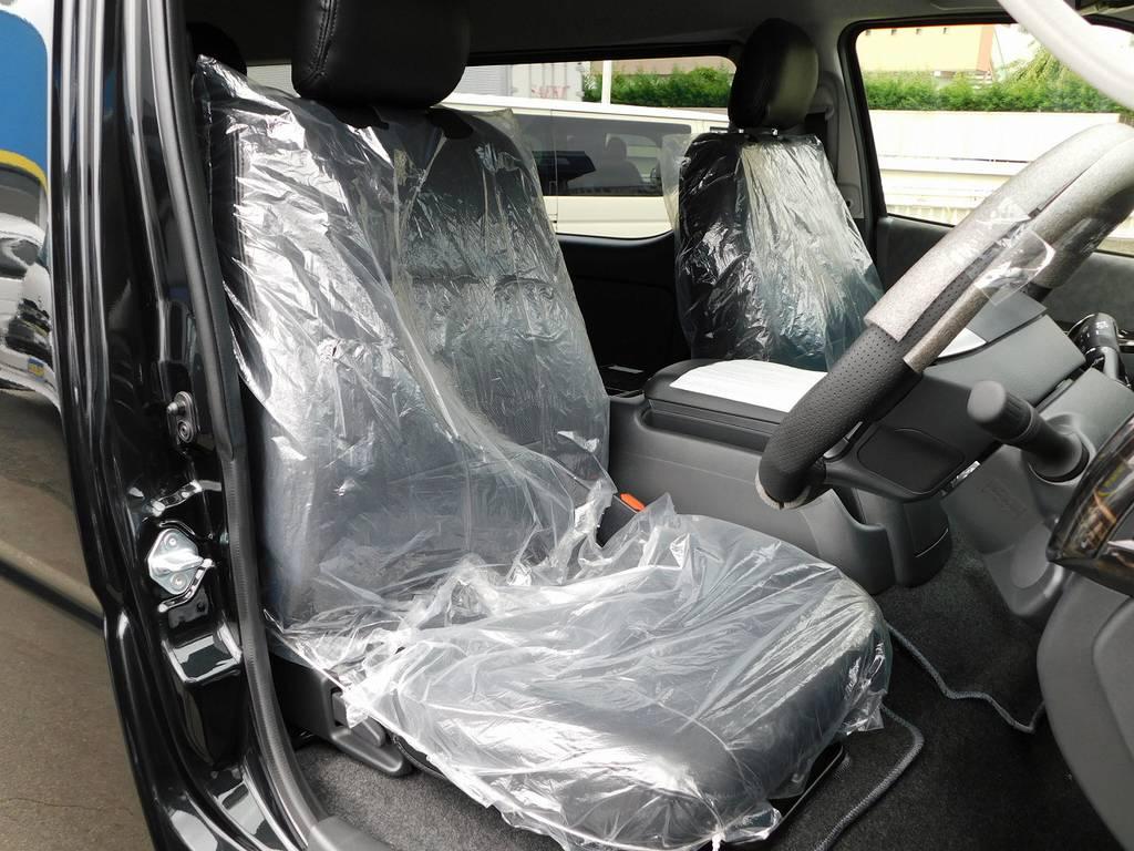 ハイエースカスタムに欠かせない黒革調シートカバーはもちろん全席に装着済みですよっ♪
