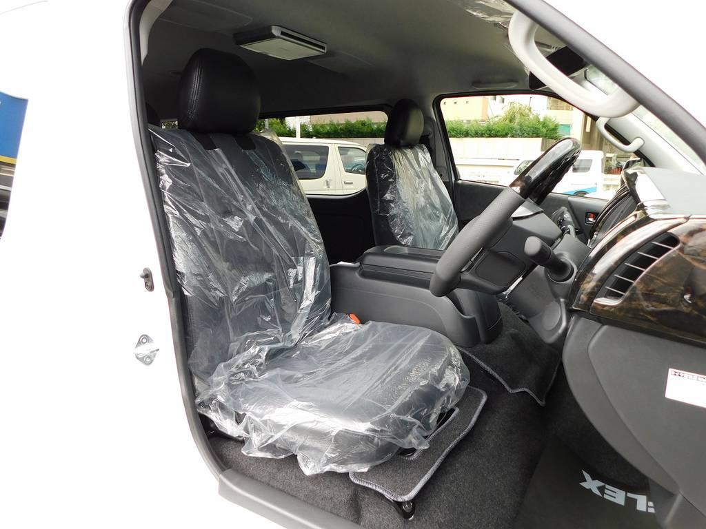 ハイエースカスタムには欠かせない黒革調シートカバーはもちろん全席に装着済みです♪