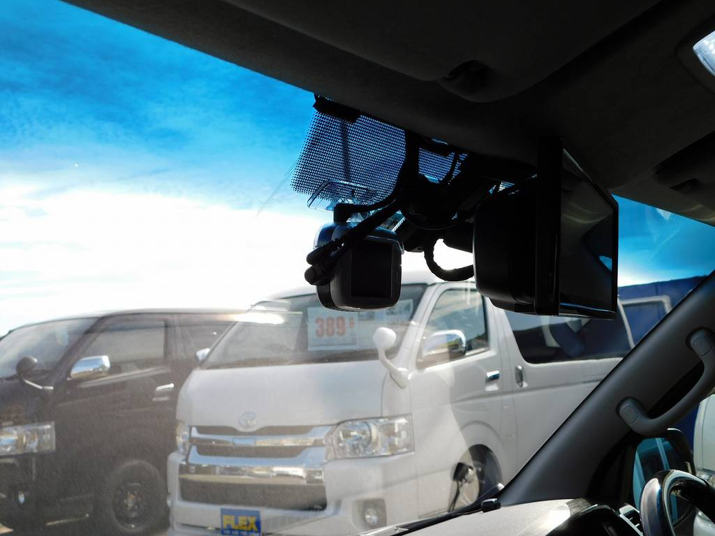 ドライブレコーダーはもはや常識ですねっ!前後カメラで後ろもバッチリ録画!もちろん駐車監視機能も搭載されておりますよっ!!!