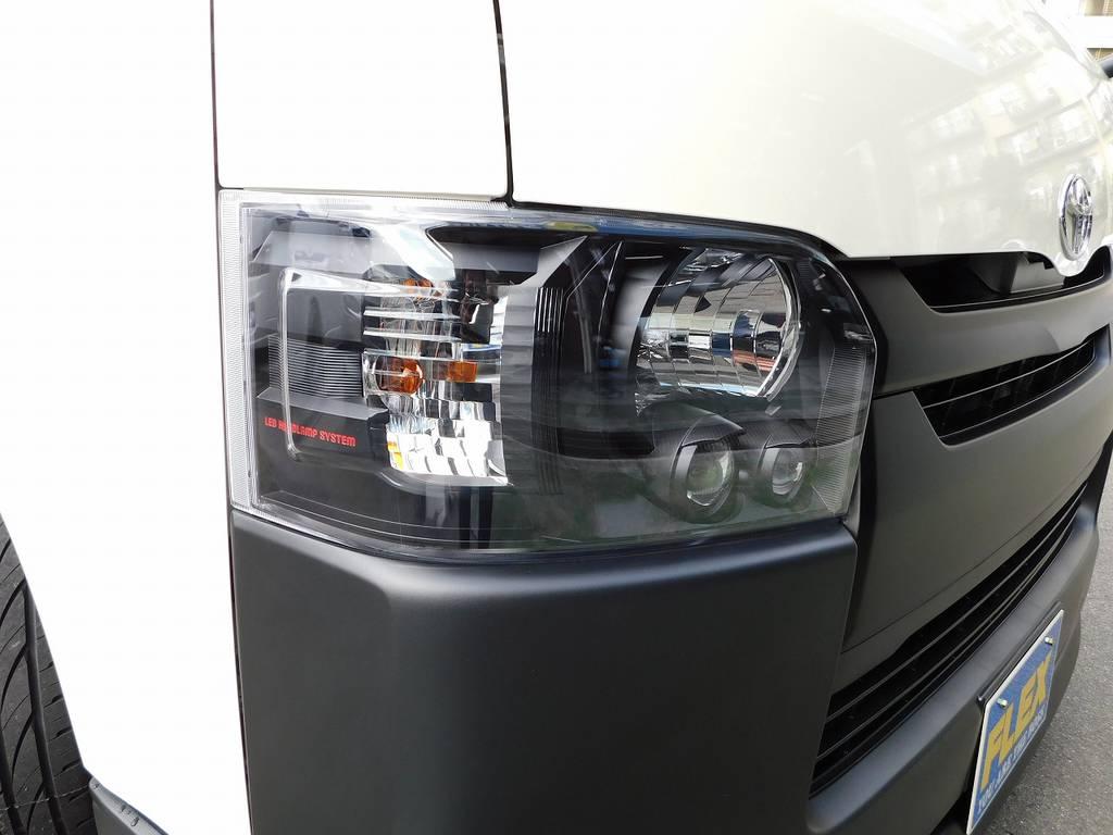 ヘッドライトはインナーブラック施済!赤文字で墨入れして遊び心をプラス!車の印象がガラッと変わりますねっ♪