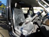 ハイエースカスタムには欠かせない黒革調シートカバーは全席に装着済みです!!!