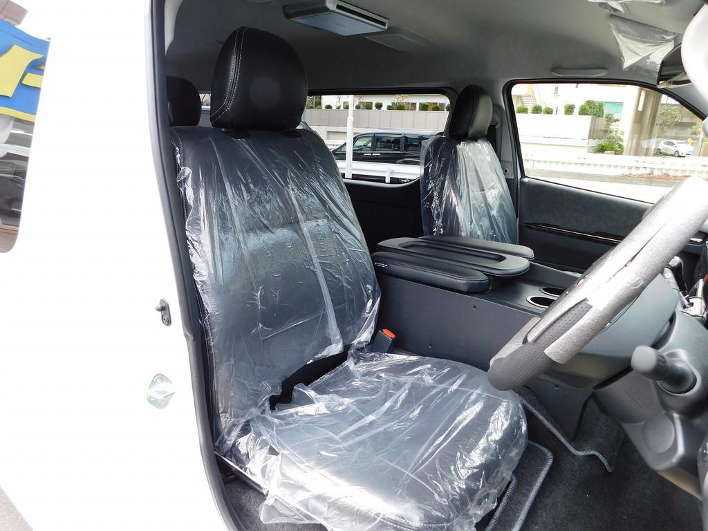 ハイエースカスタムには欠かせない黒革調シートカバーはもちろん全席に装着済み♪高級感が純正とは全然違いますねっ♪