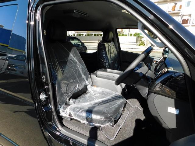 ハイエースには欠かせない黒革調シートカバーは全席に装着済み!!!純正ノーマルとは高級感が違いますねっ♪