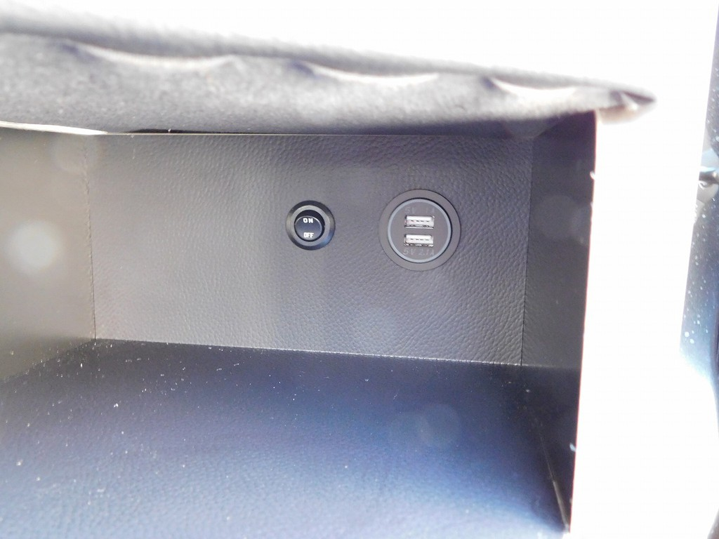 USB充電器は2口付いてます!スマホ充電には大変便利ですよっ!!!
