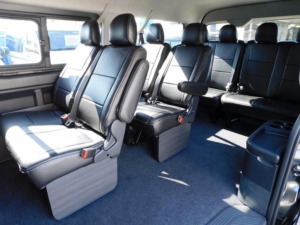 まるでマイクロバスのようなシート配列!大人数でのドライブも楽しくなる10人乗り♪