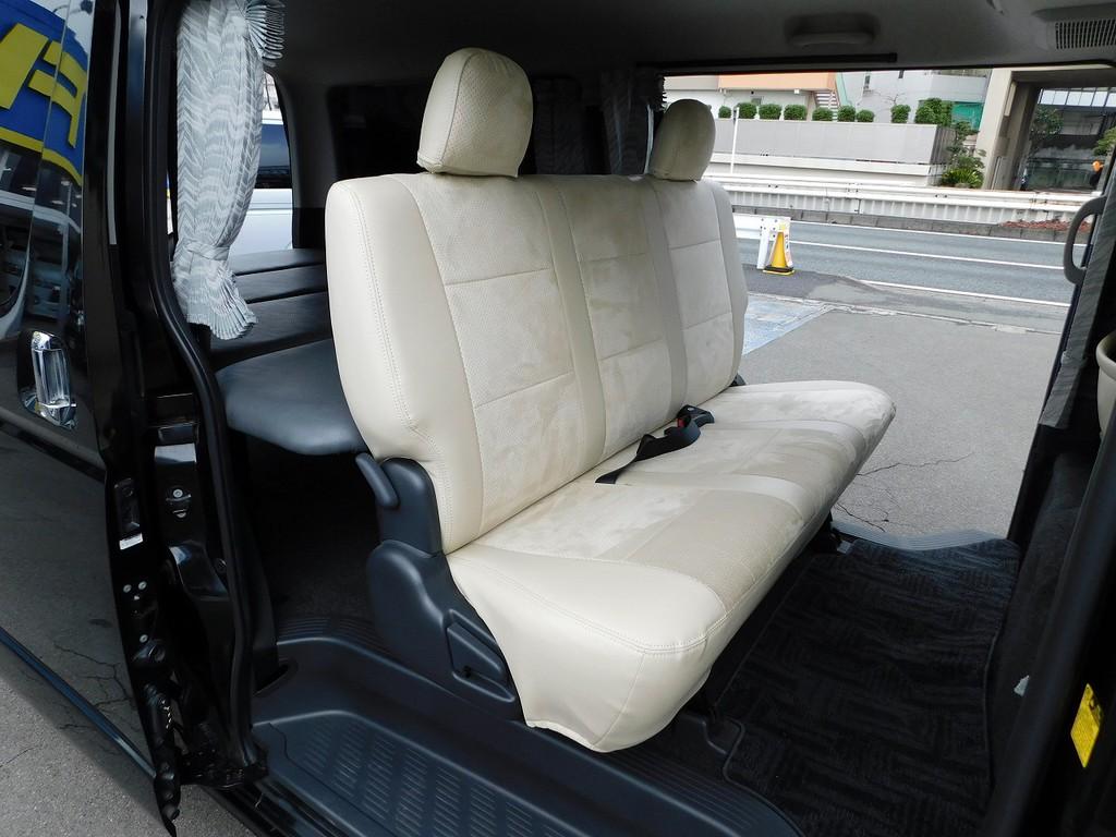 セカンドシートもゆったり座る事が出来ますよっ♪アイボリーのシートカバーがアクセントになってますねっ♪